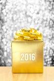 Gouden Huidige doos met het woordjaar van 2016 bij zilveren bokeh lichte bac Royalty-vrije Stock Afbeeldingen
