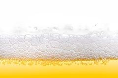 Gouden Ijskoud Bierschuim met Bellenclose-up stock afbeelding