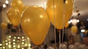 Gouden impulsen op het plafond bij de partij stock video