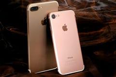 Gouden iPhone 7 plus en roze iPhone 7 Stock Foto