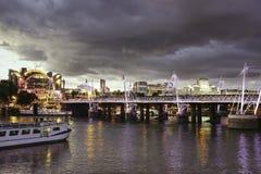 Gouden jubileumbruggen en de Dijkbouw in Londen, het UK, IL royalty-vrije stock foto
