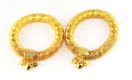 Gouden juwelen, armbanden en kettingen royalty-vrije stock foto's