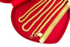 Gouden juwelen, armbanden en kettingen Stock Foto's