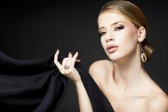 Gouden juwelen bij het mooie vrouw model betoverend stellen Royalty-vrije Stock Afbeelding