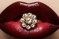 Gouden juwelen. De lippensamenstelling van de manier & diamantring Royalty-vrije Stock Afbeelding