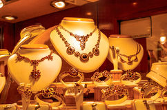 Gouden juwelen in een opslagvenster stock afbeeldingen