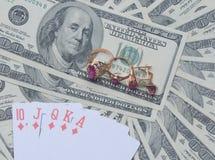 Gouden juwelen en kaarten op ons dollars Stock Foto