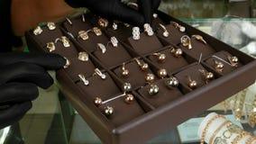 Gouden juwelen, Formulering van winkelvensters met juwelen in de juwelenopslag, die voor verkoop, Juwelen op opslag wordt blootge stock video