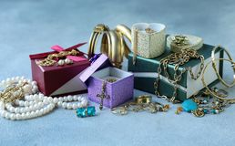 Gouden juwelen - kettingen, ringen royalty-vrije stock afbeelding