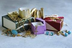 Gouden juwelen - kettingen, ringen stock afbeeldingen