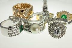 Gouden juwelen met gemmen royalty-vrije stock afbeelding