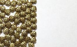 Gouden juwelenbladeren, het morsen Royalty-vrije Stock Foto's