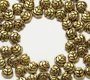 Gouden juwelenbladeren, het morsen Royalty-vrije Stock Fotografie
