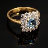 Gouden juwelenring met saffier en brilliants stock foto's