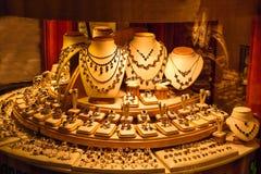 Gouden juwelenvertoning in opslagvenster royalty-vrije stock afbeeldingen