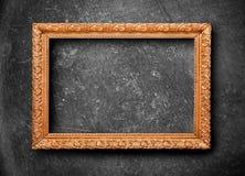 Gouden kader op zwarte muur Royalty-vrije Stock Afbeelding