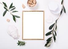 Gouden kadermodel op wit tafelblad stock foto