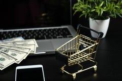 Gouden kar, contant geld en gadgets op een zwarte lijst Royalty-vrije Stock Foto