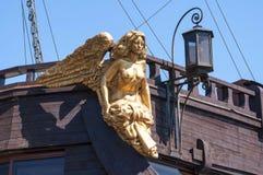 Gouden kariatide in het grote varende schip Stock Foto