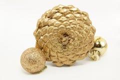Gouden kegelpijnboom met kleine ballen Royalty-vrije Stock Foto's