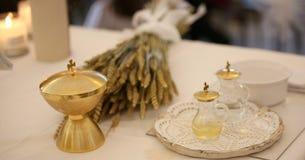 Gouden kelk en de oren van tarwe over een altaar in kerk stock afbeelding