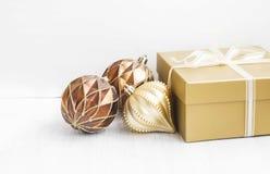 Gouden Kerstboomornamenten met parelachtige ballendecoratie en Royalty-vrije Stock Foto