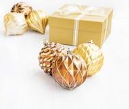 Gouden Kerstboomornamenten met parelachtige ballendecoratie en Royalty-vrije Stock Afbeeldingen