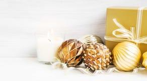 Gouden Kerstboomornamenten met parelachtige ballendecoratie en Royalty-vrije Stock Afbeelding
