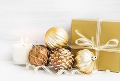 Gouden Kerstboomornamenten met parelachtige ballendecoratie en Stock Fotografie
