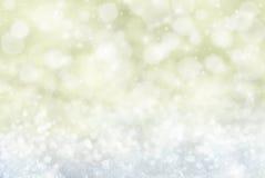 Gouden Kerstmisachtergrond met Sneeuw, Snwoflakes, Sterren en Bokeh Royalty-vrije Stock Foto