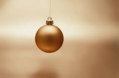 Gouden Kerstmisbal Stock Afbeelding