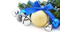 Gouden Kerstmisbal Stock Foto
