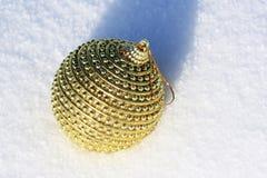 Gouden Kerstmisbal Royalty-vrije Stock Afbeeldingen