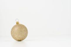 Gouden Kerstmisbal Stock Foto's
