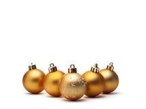 Gouden Kerstmisbal die op witte achtergrond wordt geïsoleerdt Royalty-vrije Stock Foto