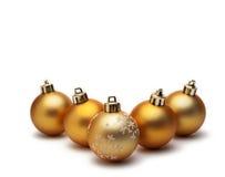Gouden Kerstmisbal die op witte achtergrond wordt geïsoleerdt Royalty-vrije Stock Foto's