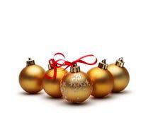 Gouden Kerstmisbal die op witte achtergrond wordt geïsoleerdt Stock Foto