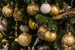 Gouden Kerstmisballen die op de boom, mooie decoratie hangen Royalty-vrije Stock Foto