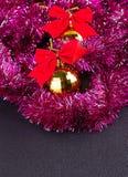 Gouden Kerstmisballen en helder fonkelend gouden klatergoud met rode bogen Royalty-vrije Stock Fotografie