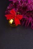 Gouden Kerstmisballen en helder fonkelend gouden klatergoud met rode bogen Stock Foto's
