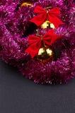 Gouden Kerstmisballen en helder fonkelend gouden klatergoud met rode bogen Stock Afbeelding