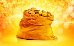 Gouden Kerstmisballen en speelgoed in de zak van de Kerstman Royalty-vrije Stock Fotografie