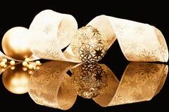 Gouden Kerstmisballen met lint Stock Foto's