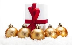 Gouden Kerstmisballen met sneeuw Stock Afbeelding
