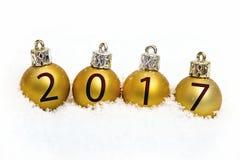 Gouden Kerstmisballen met sneeuwinschrijvingen Royalty-vrije Stock Afbeelding