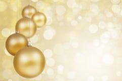 Gouden Kerstmisballen op fonkelende achtergrond Royalty-vrije Stock Afbeelding