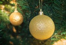 Gouden Kerstmisbol Stock Afbeelding