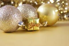 Gouden Kerstmisdecoratie en gift Royalty-vrije Stock Foto's