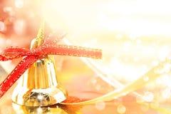 Gouden Kerstmisdecoratie op glanzende achtergrond met exemplaarruimte Stock Fotografie