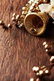 Gouden Kerstmisdecoratie op houten achtergrond Royalty-vrije Stock Afbeeldingen